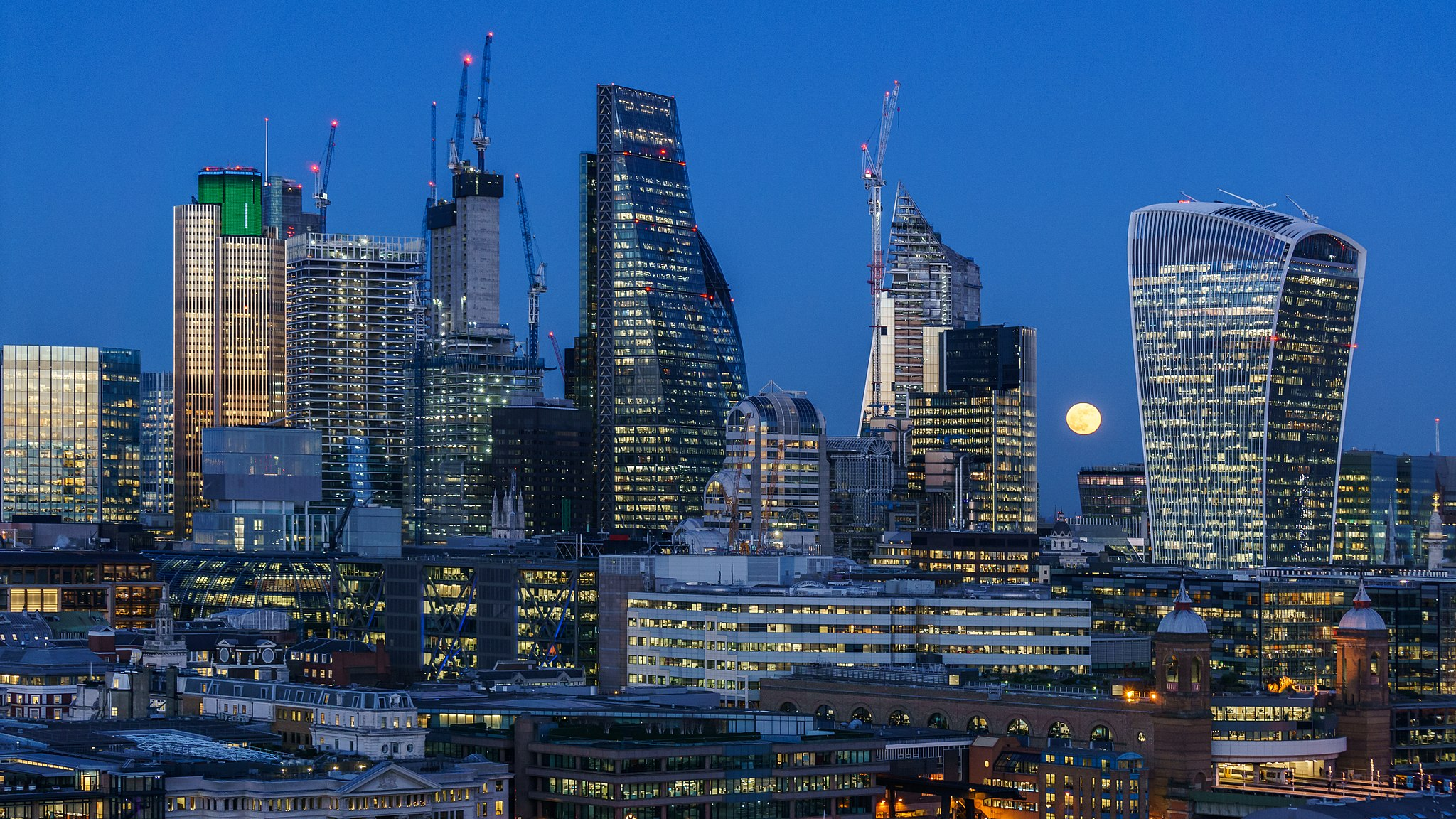 2048px-Super_moon_over_City_of_London_fr