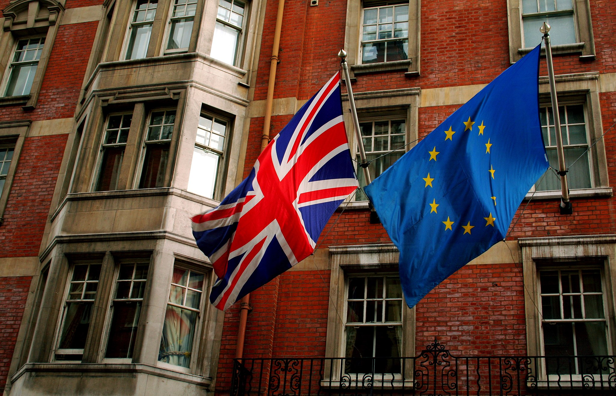 2048px-Union_Jack_and_the_european_flag.