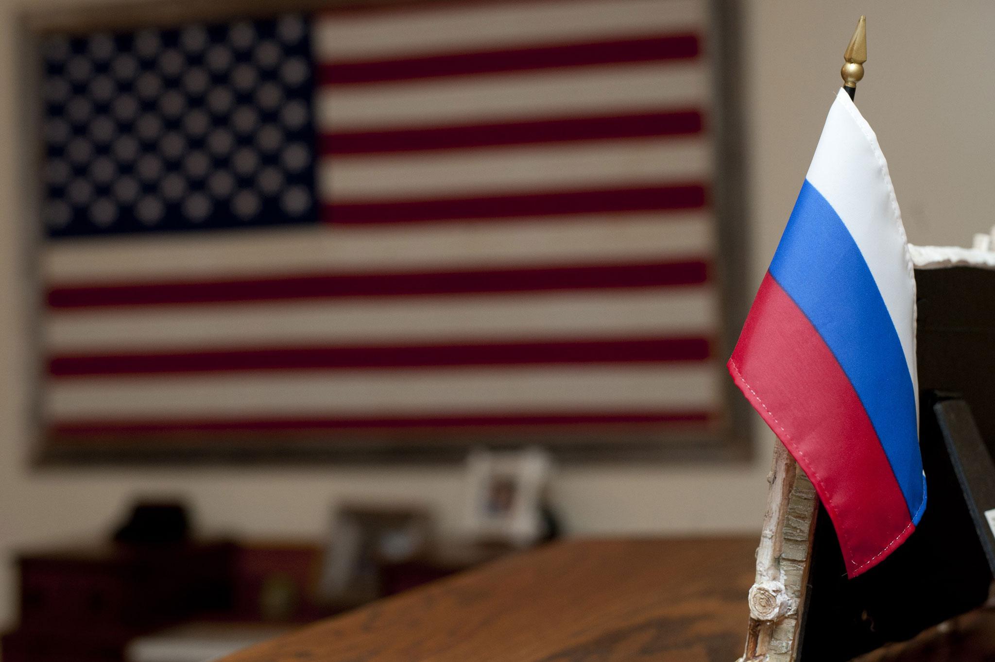 flaga-rosji-z-usa-w-tle-fot-defense-gov2-R