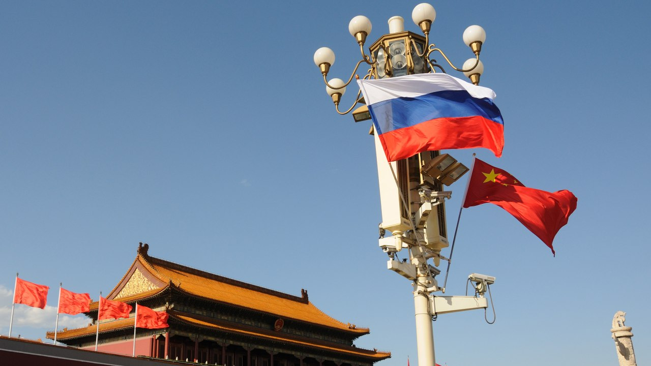 Photo: Chinese and Russian national flags flutter on a lamppost on the Tian'anmen Square in Beijing, China, 24 June 2016. China is working for the establishment of an investment fund worth 100 billion yuan (15.3 billion U.S. dollars) to finance regional cooperation projects between China and Russia, Chinese Vice Premier Wang Yang said on Thursday (7 September 2017). China is ready to increase the scale of the investment fund and suggest the Silk Road Fund finance China-Russia joint programs, Wang said in a speech at a commercial conversation on the sidelines of the Third Eastern Economic Forum in Vladivostok, a major Pacific port city in Russia. He said the Chinese government encourages enterprises to invest in Russia's Far East and expand cooperation in manufacturing, resources exploitation, infrastructure, agriculture and tourism. Credit: REUTERS