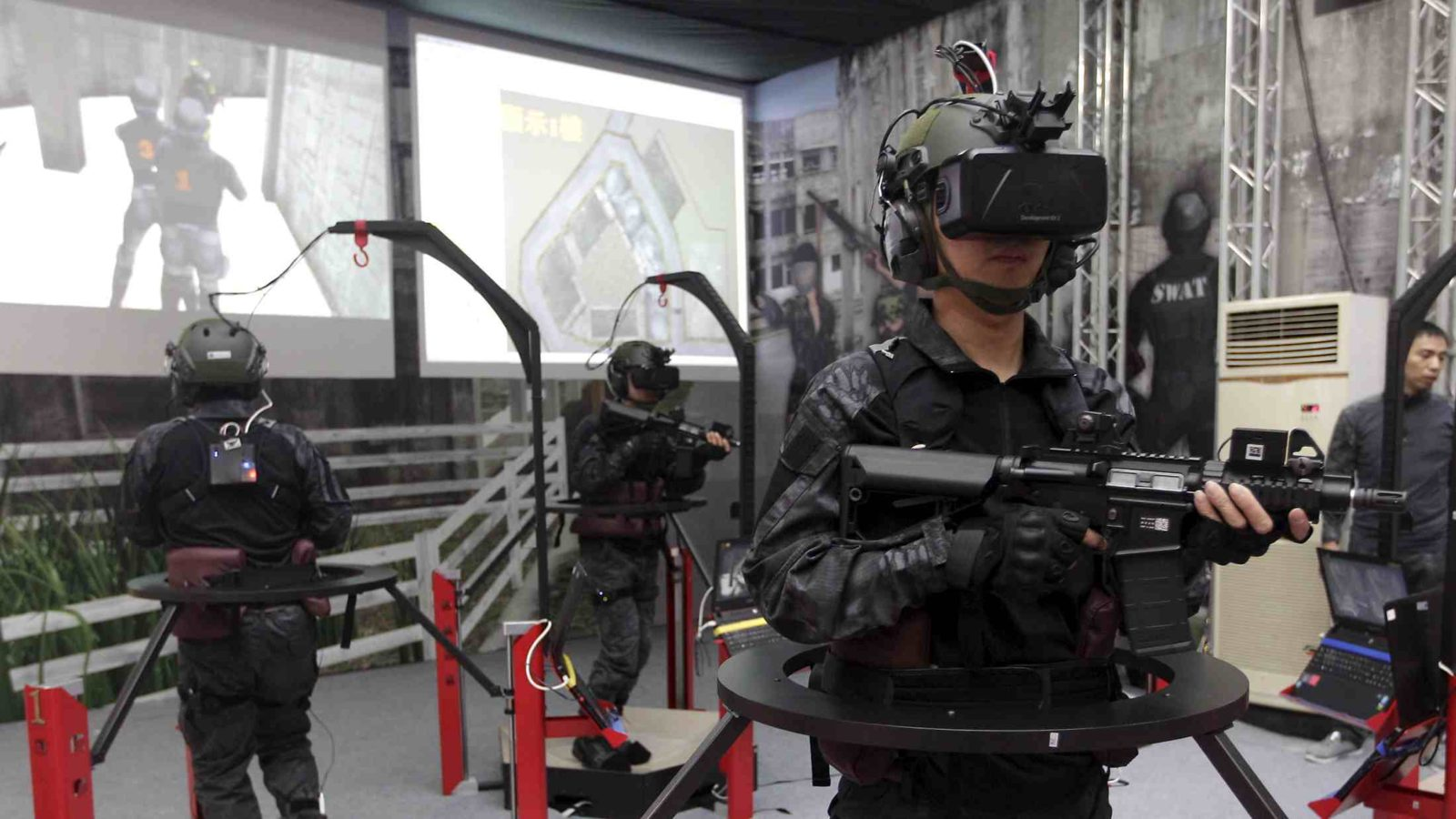 Soldiers display a Taiwan-made immersive interaction i2s3 shooting simulation system at the Taipei World Trade Centre during the 2015 Taipei Aerospace and Defense Technology Exhibition, August 12, 2015. The Taipei Aerospace and Defense Technology Exhibition is held from August 13 to 16. REUTERS/Pichi Chuang