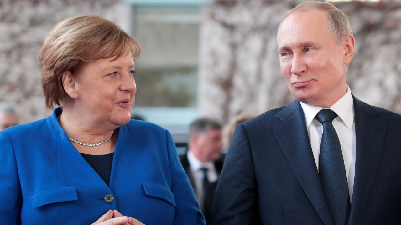 German Chancellor Angela Merkel and Russian President Vladimir Putin pose for a picture as he arrives to attend the Libya summit in Berlin, Germany, January 19, 2020. REUTERS/Axel Schmidt TPX IMAGES OF THE DAY